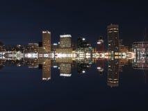 Im Stadtzentrum gelegene Nachtskyline-Reflexion Baltimores Maryland Lizenzfreie Stockfotos