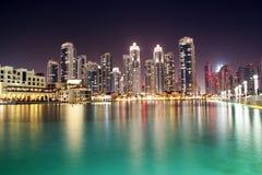 Im Stadtzentrum gelegene Nachtszene Dubais Lizenzfreie Stockfotos