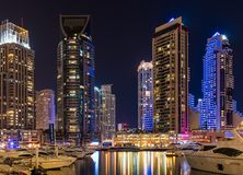Im Stadtzentrum gelegene Nachtszene Dubais, Dubai-Jachthafen Stockfotografie