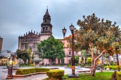 Im Stadtzentrum gelegene Piazza und Straßen von San Luis Potosi bei Sonnenaufgang lizenzfreies stockbild