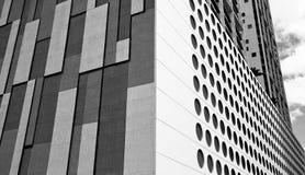 Im Stadtzentrum gelegene Schwarzweiss-Gebäude Stockfotos