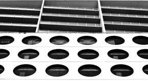 Im Stadtzentrum gelegene Schwarzweiss-Gebäude Lizenzfreies Stockfoto