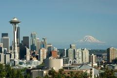 Im Stadtzentrum gelegene Seattle-Platz-Nadel und Mt. regnerischer Stockfotos