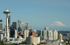Im Stadtzentrum gelegene Seattle-Platz-Nadel und Mt. regnerischer Lizenzfreies Stockbild