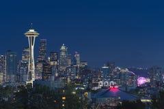 Im Stadtzentrum gelegene Seattle-Skyline mit der Ansicht von Mt regnerischer Lizenzfreie Stockbilder
