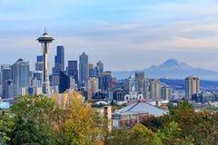 Im Stadtzentrum gelegene Seattle-Skyline mit der Ansicht von Mt regnerischer Lizenzfreie Stockfotos