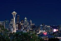 Im Stadtzentrum gelegene Seattle-Skyline mit der Ansicht von Mt regnerischer Lizenzfreie Stockfotografie