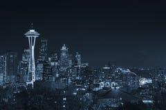 Im Stadtzentrum gelegene Seattle-Skyline mit der Ansicht von Mt regnerischer Stockbild