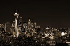 Im Stadtzentrum gelegene Seattle-Skyline mit der Ansicht von Mt regnerischer Stockbilder