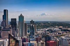 Im Stadtzentrum gelegene Seattle und der Mount Rainier Stockfotografie