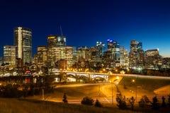 Im Stadtzentrum gelegene Skyline Calgarys gleich nach Sonnenuntergang stockfoto