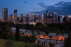 Im Stadtzentrum gelegene Skyline Calgarys nachts über dem Fluss in Alberta, Kanada lizenzfreies stockbild