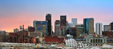 Im Stadtzentrum gelegene Skyline Denver Colorados bei Sonnenuntergang Lizenzfreie Stockbilder