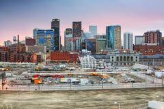 Im Stadtzentrum gelegene Skyline Denver Colorados bei Sonnenuntergang Stockbild