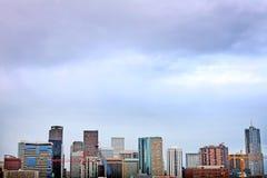 Im Stadtzentrum gelegene Skyline Denver Colorados bei Sonnenuntergang Lizenzfreie Stockfotografie