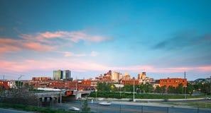 Im Stadtzentrum gelegene Skyline Denvers, Colorado bei Sonnenuntergang Lizenzfreie Stockfotografie
