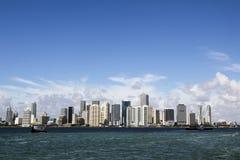Im Stadtzentrum gelegene Skyline Miamis mit Booten im tiefen blauen Meer während des schönen sonnigen Tages Lizenzfreie Stockfotos
