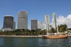 Im Stadtzentrum gelegene Skyline Miamis mit modernen Wolkenkratzern und hölzernem Segelboot Stockbilder