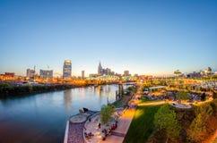 Im Stadtzentrum gelegene Skyline Nashvilles Tennessee bei Shelby Street Bridge Stockfoto