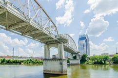 Im Stadtzentrum gelegene Skyline Nashvilles, Tennessees und Straßen stockfotografie
