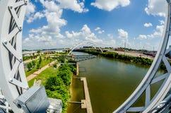 Im Stadtzentrum gelegene Skyline Nashvilles, Tennessees und Straßen lizenzfreie stockfotos