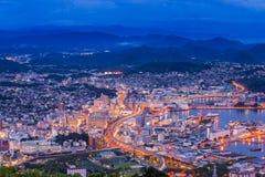 Im Stadtzentrum gelegene Skyline Sasebos nachts, Nagasaki, Japan Lizenzfreie Stockfotos