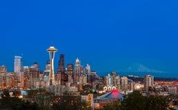 Im Stadtzentrum gelegene Skyline Seattles und Mt Regnerischer nachts WA stockbilder