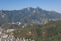 Im Stadtzentrum gelegene Skyline und Berge in Seoul-Stadt, Südkorea lizenzfreies stockfoto