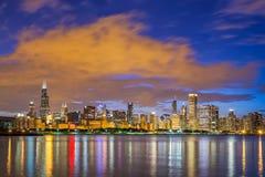 Im Stadtzentrum gelegene Skyline und Michigansee Chicagos nachts Lizenzfreie Stockfotos