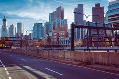 Im Stadtzentrum gelegene Skylineansicht Bostons hinter Landstraße 93 lizenzfreie stockbilder