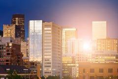 Im Stadtzentrum gelegene Skylinegebäude Denver Colorados mit der Herzenswärme von Lizenzfreie Stockfotografie