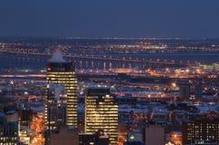 Im Stadtzentrum gelegene Skylinemontreal-Flussbrückennacht Stockfoto