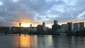 Im Stadtzentrum gelegene Stadt-Skyline Portlands Oregon mit beweglichen Wolken und Sonnenstrahlen an der Sonnenuntergang-Zeitspann