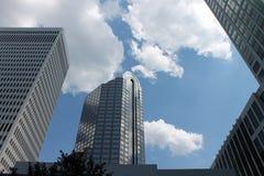 Im Stadtzentrum gelegene Stadt-Wolkenkratzer Lizenzfreie Stockfotos