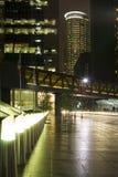 Im Stadtzentrum gelegene Straße mit Skylinen Stockfotos