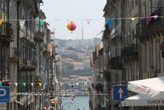 Im Stadtzentrum gelegene Straße in Porto Lizenzfreie Stockfotos