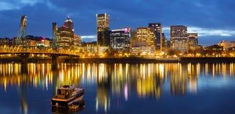 Im Stadtzentrum gelegene Ufergegend Portland-Oregon an der blauen Stunde Stockbild