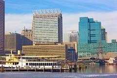 Im Stadtzentrum gelegene und angekoppelte Schiffe Baltimores am inneren Hafenpier Stockbilder