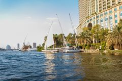 Im Stadtzentrum gelegene Wolkenkratzer der Yachten und Kairos, ?gypten lizenzfreie stockbilder