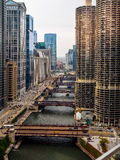Im Stadtzentrum gelegener Fluss und Brücken Chicagos Stockfotografie