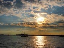 Im Stadtzentrum gelegener Flussufer Manhattans bei Sonnenuntergang, New York lizenzfreie stockbilder