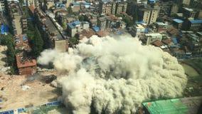 Im Stadtzentrum gelegener Gebäudeabbruch durch Implosion Stockfotos
