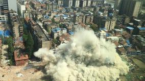 Im Stadtzentrum gelegener Gebäudeabbruch durch Implosion Stockbild