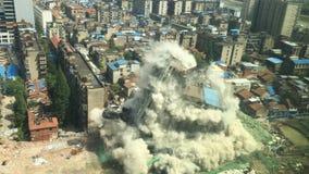 Im Stadtzentrum gelegener Gebäudeabbruch durch Implosion Stockfoto