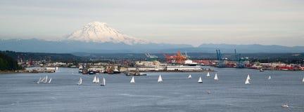 Im Stadtzentrum gelegener Hafen-Taco Segelboot-Regatta-Anfangs-Bucht-Puget Sounds Lizenzfreies Stockbild