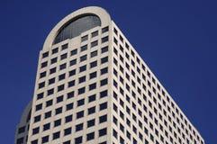 Im Stadtzentrum gelegener Highrise unter blauem Himmel Lizenzfreie Stockbilder