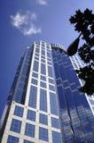 Im Stadtzentrum gelegener Highrise unter blauem Himmel Stockfoto