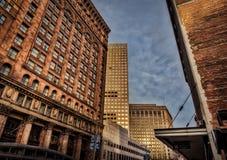 Im Stadtzentrum gelegener Himmel, der während der goldenen Stunde glüht Stockbilder