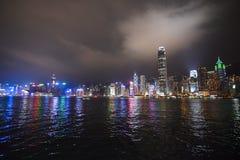 Im Stadtzentrum gelegener Hong Kong vom Meer Weitwinkel stockfotos