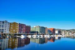 Im Stadtzentrum gelegener Jachthafen Trondheims auf einem schönen Morgen Stockfoto